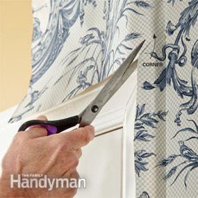 استفاده از قیچی در هنگام نصب کاغذ دیواری برای قسمت هایی چون گوشه در و پنجره